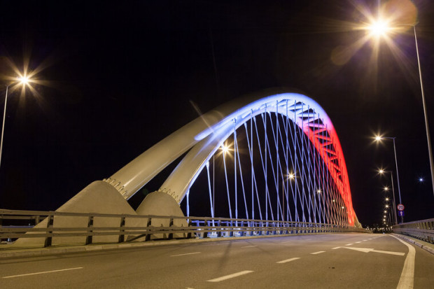 W związku z majowymi obchodami most przy ul. Uczniowskiej będzie podświetlony od zmierzchu do świtu w dniach 2-3 maja.