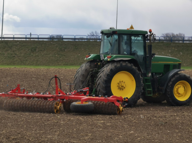 Hektarowa łąka w sprzyjających warunkach w ciągu roku wiąże nawet do 10 ton CO2 oraz pochłania do 120 kg pyłów PM 2,5.