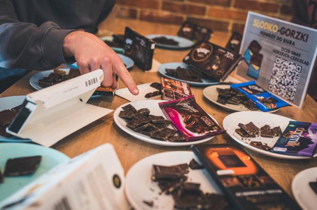 Rozpoczęcie powrotów do pracy w biurze uczciliśmy w słodko-gorzki sposób redakcyjnym testem gorzkich czekolad.
