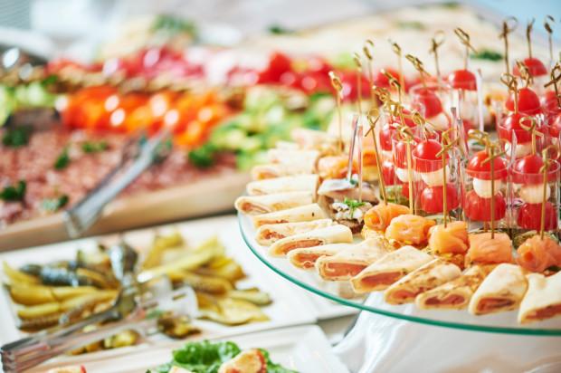 """Wiele restauracji dostosowało się do nowych okoliczności, przygotowując menu """"wygodne"""" do zaserwowania w domu klienta."""