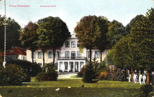 Klasycystyczny pałac na pocztówce z początku XX wieku.