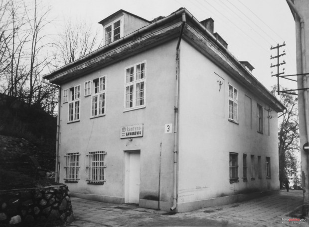 Jeden z budynków zespołu dworskiego, w którym mieściła się kantyna wojskowa. Fotografia została wykonana w 1977 r.