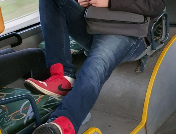 Nogi na siedzeniu naprzeciw to - zdaniem naszego czytelnika - częsty obrazek zwłaszcza w czasie pandemii.