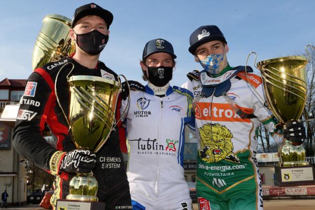 Najlepsi żużlowcy Brązowego Kasku 2021 (od lewej): Michał Curzytek, Mateusz Cierniak, Bartłomiej Kowalski