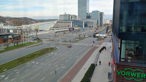 Nowa trasa tramwajowa wzdłuż ul. Bażyńskiego i Kołobrzeskiej (na zdjęciu ich skrzyżowanie z al. Grunwaldzką) zapewniłaby komunikację miejską tysiącom pracowników z kompleksów biurowych Olivia Business Centre i Alchemia.
