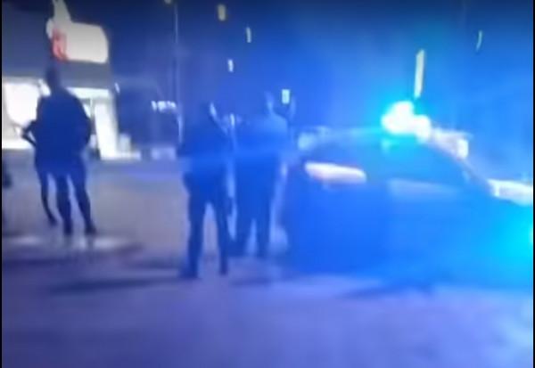 Nagranie kończy się w momencie, gdy na miejsce przyjeżdżają funkcjonariusze policji.