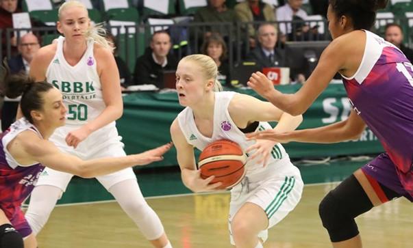 Klara Lundquist (z piłką) ma za sobą występy m.in. w Eurolidze i Eurocup.