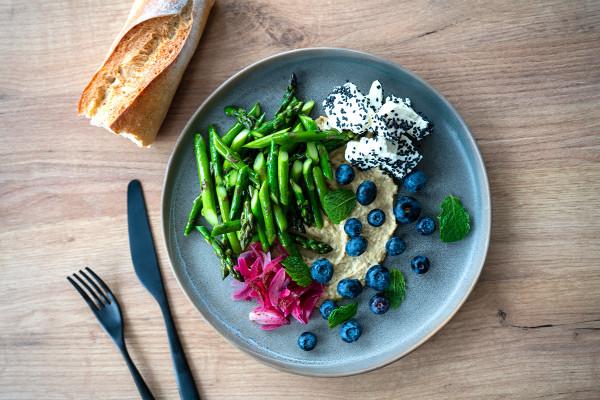 Szparagi są niskokaloryczne, zdrowe i smaczne.