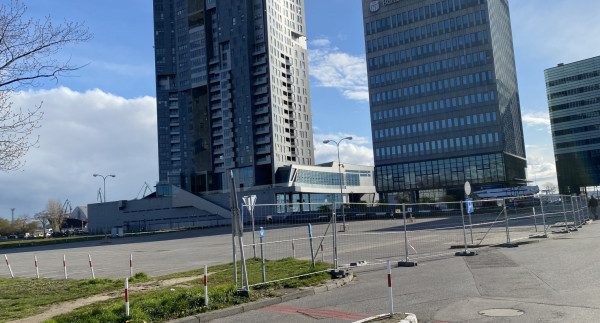 Zamknięcie parkingu przed biurowcem i hotelem zbudowanymi w pierwszym etapie inwestycji Waterfront to znak, że niebawem rozpocznie się tam zapowiadana budowa.