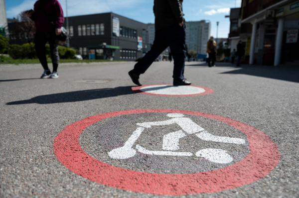 Zakaz jazdy m.in. hulajnogami na deptaku na Żabiance. Dobitnie informują o tym piktogramy na asfalcie.