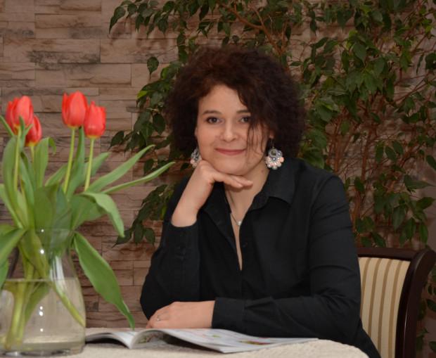 """Anna Sakowicz, choć specjalizuje się w powieściach obyczajowych, postanowiła napisać sagę. Do tej pory ukazały się dwa tomy """"Jaśminowej sagi"""": """"Czas grzechu"""" i """"Czas gniewu""""."""