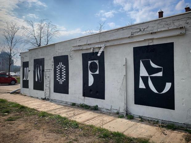 Alfabet, który stworzył Patryk Hardziej skupia się na wizualnym potencjalnie każdej litery, bada granice jej czytelności oraz sprawdza, czy litera może działać jako obraz.