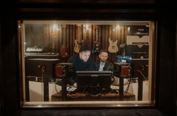 Marcin Makowiec i Michał Lange, trójmiejscy kompozytorzy i producenci, którzy występują jako duet Martin Lange.
