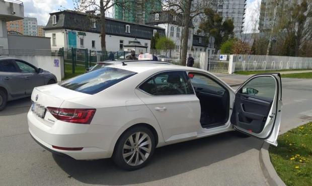 Samochód, który ukradli dwaj złodzieje. Policja zatrzymała ich po krótkim pościgu.