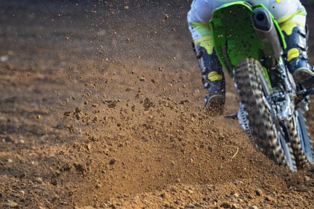 Miłośnicy motocrossu stworzyli swój tor na obrzeżach miastach, w bliskim sąsiedztwie trójmiejskiej obwodnicy i jeziora Jasień.
