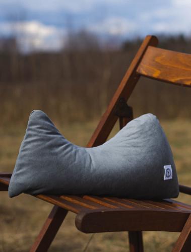 Używanie poduszki jest bardzo proste - siedzi się na niej jak na siodle. Przeznaczona jest dla twardych foteli czy krzeseł biurowych. Nie spełnia swojej funkcji na miękkich materacach, fotelach czy siedziskach.