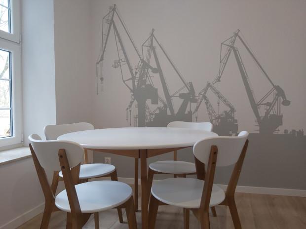 Wielkoformatowe grafiki na ściany mogą nadać charakteru wnętrzu biurowemu, restauracyjnemu, hotelowemu, ale też domowemu.