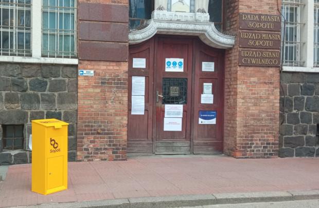 W Sopocie mieszkańcy złożyli rekordową liczbę wniosków do BO. Można je było wrzucać m.in. do żółtej skrzynki przed urzędem.
