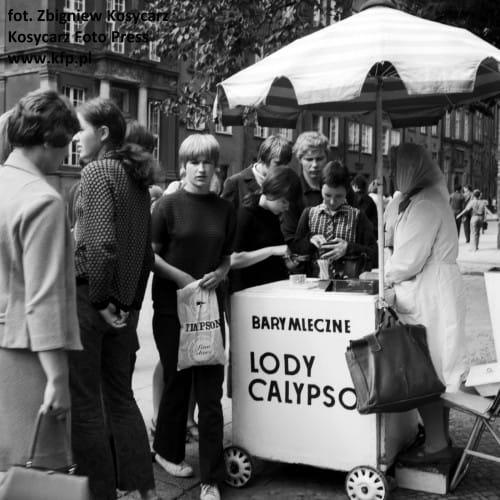 Budka z lodami Calypso na Długim Targu w Gdansku. Sierpień 1967 roku.