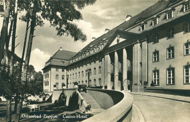 Grand Hotel w Sopocie na zdjęciu z 1936 r. Jak widać na podpisie zdjęcia, nosił on wówczas nazwę Casino-Hotel. To tutaj znajdowało się kasyno, w którym dokonano opisanej w artykule defraudacji.