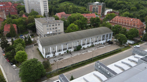 Dawna hala naukowo-dydaktyczna WILiŚ PG, w miejscu której powstaje nowa inwestycja.