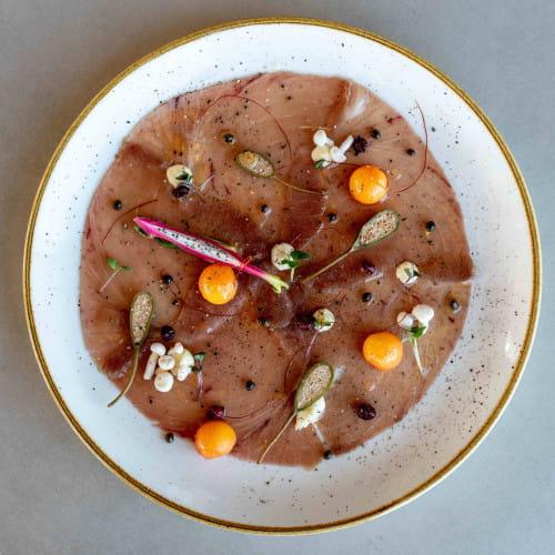 Carpaccio w restauracji Vidokówka przygotowywane jest przy pomocy specjalistycznej, ręcznej krajalnicy.
