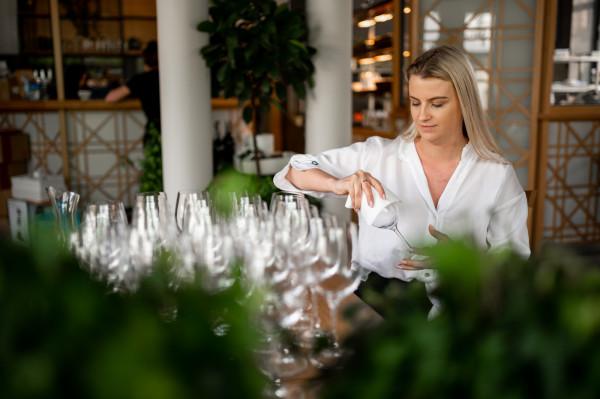 Przygotowania do otwarcia ogródków gastronomicznych w restauracji Kulinarny Motyw w Sopocie.