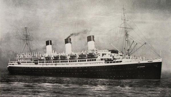 Cap Arcona - ten statek udawał Titanica podczas nagrywania scen jego ewakuacji. Wszystko działo się w gdyńskim porcie wojennym.