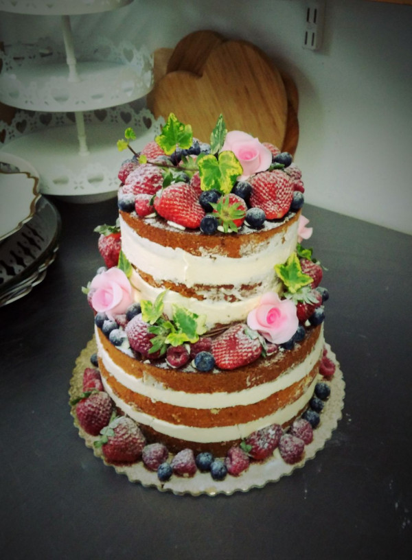 Od kilku lat dużą popularnością cieszą się torty w stylu naked cake.
