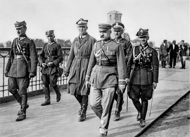 Jedno z najsłynniejszych zdjęć, dokumentujących wydarzenia przewrotu majowego. Marszałek Józef Piłsudski przed spotkaniem z prezydentem RP Stanisławem Wojciechowskim, które odbyło się 12 maja 1926 r. na moście Poniatowskiego w Warszawie.