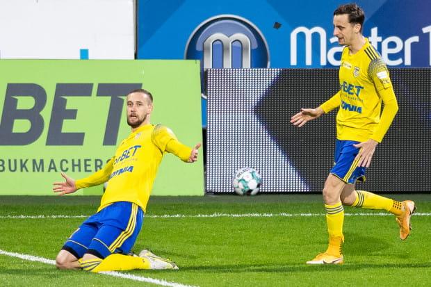 Mateusz Żebrowski po strzeleniu jedynego gola w meczu Arka Gdynia - Apklan Resovia Rzeszów.