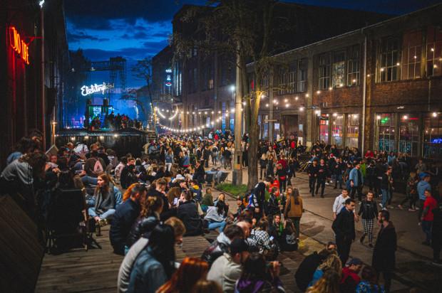 Otwarcie sezonu na Ulicy Elektryków odbyło się w pierwszym dniu poluzowania obostrzeń - od 15 maja można przebywać bez maseczki na świeżym powietrzu.