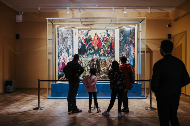 """W otwartym po dłuższej przerwie Oddziale Sztuki Dawnej Muzeum Narodowego można było oglądać najcenniejszy zabytek tego muzeum, czyli """"Sąd Ostateczny"""" Memlinga."""