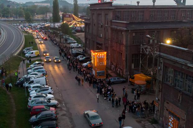 Ogromna kolejka do wejścia na Ulicę Elektryków - uczestnicy wpuszczani byli rotacyjnie.