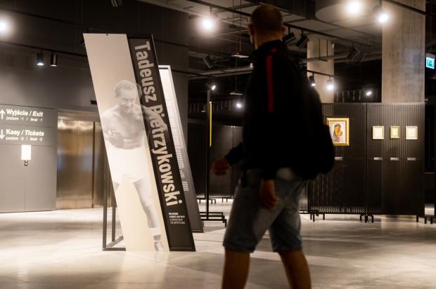 """Noc Muzeów 2021 - Muzeum II Wojny Światowej w Gdańsku Wystawa czasowa """"Tadeusz Pietrzykowski   Wojownik o duszy artysty""""."""