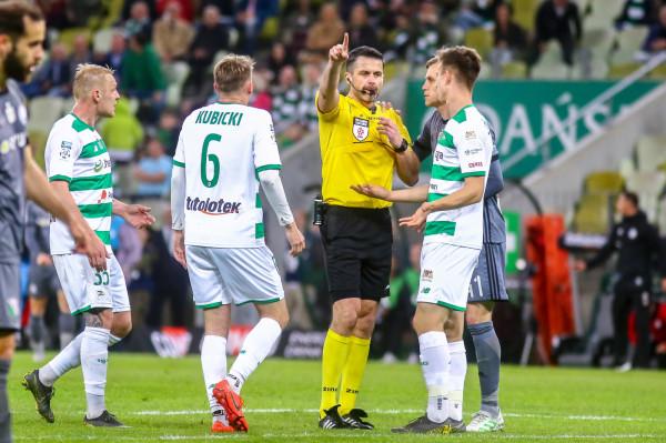 Daniel Stefański w Białymstoku był arbitrem VAR. Kibice Lechii Gdańsk nie chcą, by ten sędzia uczestniczył więcej w meczach biało-zielonych.