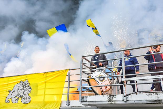 Arka Gdynia zdominowała Lechię Gdańsk w pierwszej połowie i dzięki temu wygrała derby Trójmiasta 25:21, choć zupełnie pogubiła się w doliczonym czasie drugiej części gry. Przed meczem kibice przygotowali oprawę.