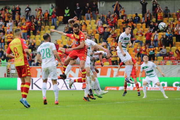 Karol Fila (w wyskoku) zdobył jedynego gola dla Lechii Gdańsk w Białymstoku, którego sędziowie uznali. Flavio Paixao (nr 28) dwukrotnie kierował piłkę do siatki, ale żadna z tych bramek nie została zaliczona.