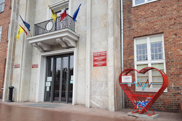 Pojemnik do zbierania nakrętek na cele charytatywne stoi przed Urzędem Marszałkowskim. Może być ich więcej, jeśli wygra złożony w tej sprawie projekt.