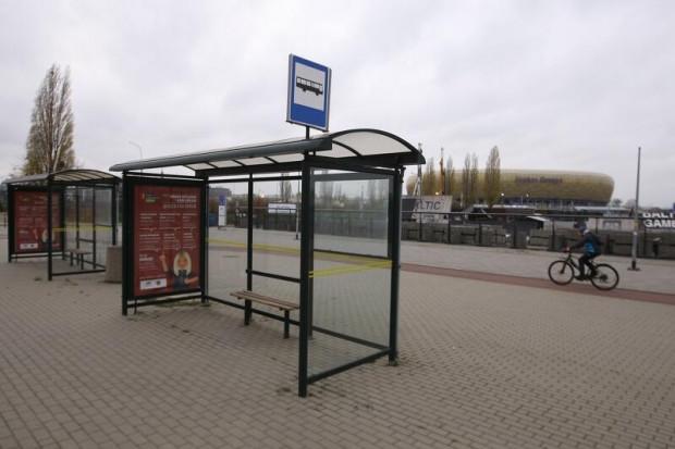 Autobus odjeżdża z przystanku przy stadionie i jedzie tunelem pod Martwą Wisłą na drugą stronę miasta.