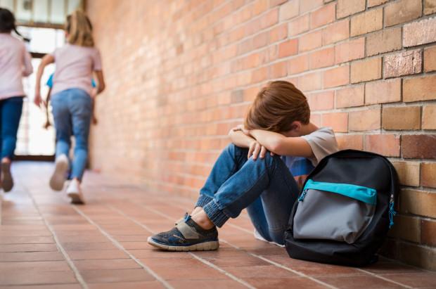 """""""Rodzice są  niezastąpieni, jeżeli chodzi o  opiekę, czujność. Są bowiem w stanie monitorować sytuację i reagować. Chodzi bardzo często o pewne podstawowe kwestie - czy dziecko dobrze śpi, czy ma apetyt, czy umie przeżywać radość, czy jest w stanie wykonywać rutynowe czynności, np. dbać o higienę. Zaburzenia w tych obszarach stanowią pierwsze sygnały, które powinny zwrócić uwagę rodzica""""."""