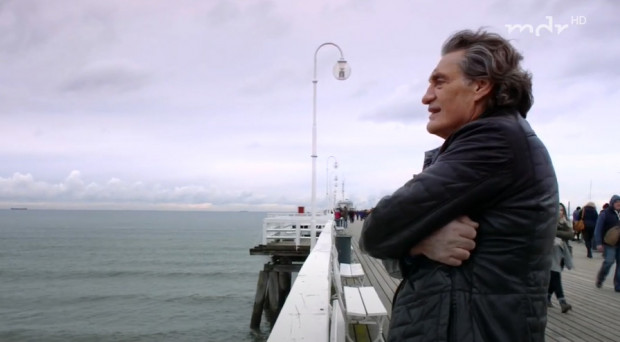 Winfried Glatzeder na sopockim molo. Kadr z filmu niemieckiej stacji MDR z 2017 r.