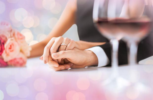 Od 15 maja można organizować imprezy okolicznościowe na 25 osób w plenerze, a od 28 maja pary młode będą mogły zaplanować wesele z uwzględnieniem 50 gości w salach. Do limitów nie wliczają się osoby zaszczepione dwiema dawkami szczepionek.