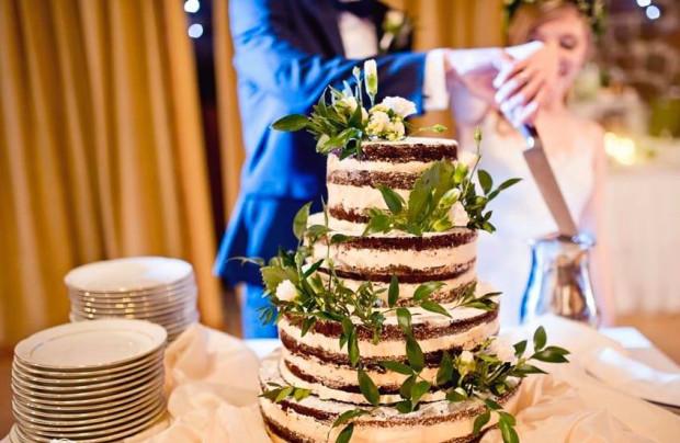 Jaki tort weselny wybrać? Masa cukrowa, naked cake, świeże kwiaty, figurki, a może klasyczny, skromny biały tort?