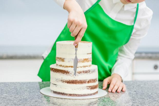 Tort weselny to precyzyjne dzieło sztuki cukierniczej. Jest najbardziej dekoracyjnym i eksponowanym elementem weselnego menu i jako jeden z jego elementów podlega zmieniającej się modzie.