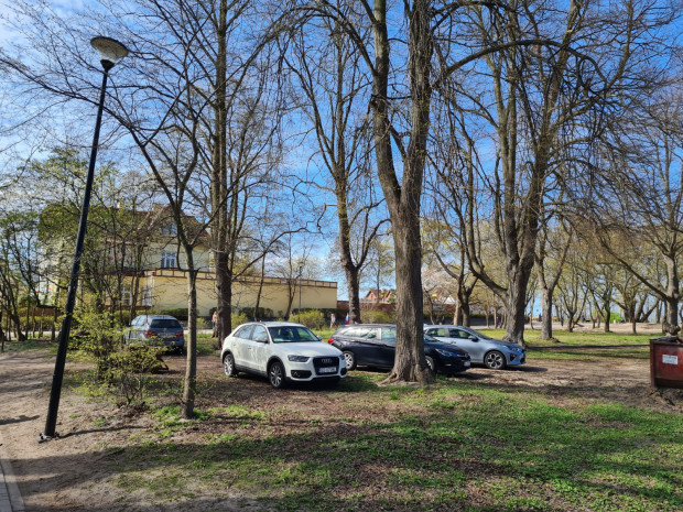 W ładną pogodę okolice plaży m.in. w Brzeźnie zamieniają się nierzadko w dziki parking.