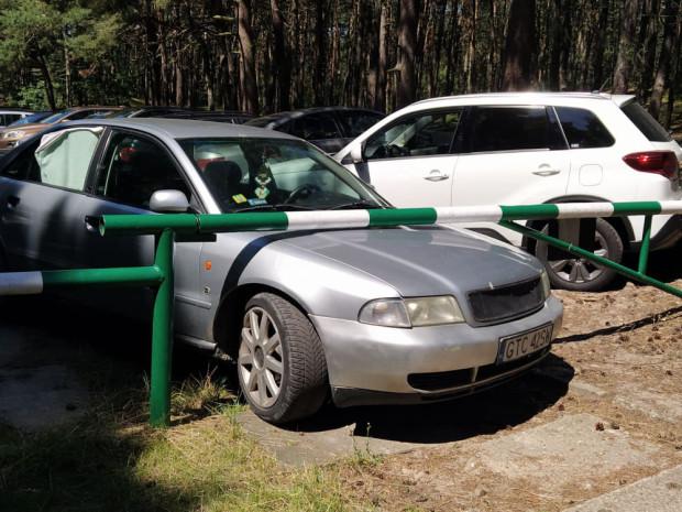 W sezonie kierowcy częściej zostawiają samochody w miejscach niekoniecznie do tego przeznaczonych. Zdjęcie zostało wykonane w pobliżu kąpieliska w Sobieszewie.