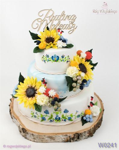 Weselny tort z ręcznie malowanym kaszubskim wzorem oraz ręcznie wykonanymi kompozycjami cukrowych kwiatów.
