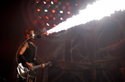 Muzyce towarzyszyły wybuchy ładunków pirotechnicznych, słupy ognia czy plucie ogniem przez muzyków.