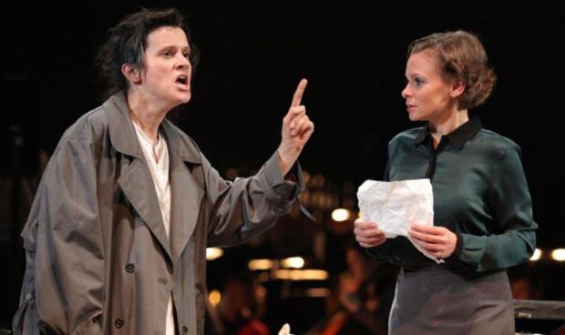 Postać tytułowej Madame Curie w nowej gdańskiej operze kreuje Anna Mikołajczyk (z lewej). Na zdjęciu w rozmowie z Ewą (Anna Michalak).
